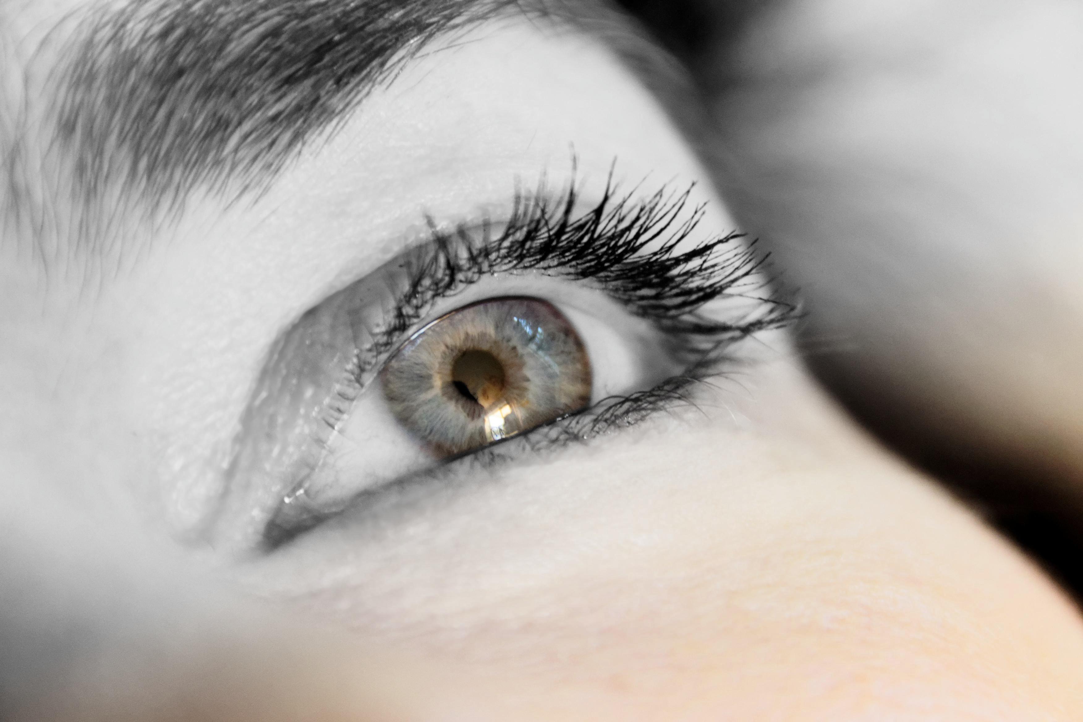 Ojos grisaceos